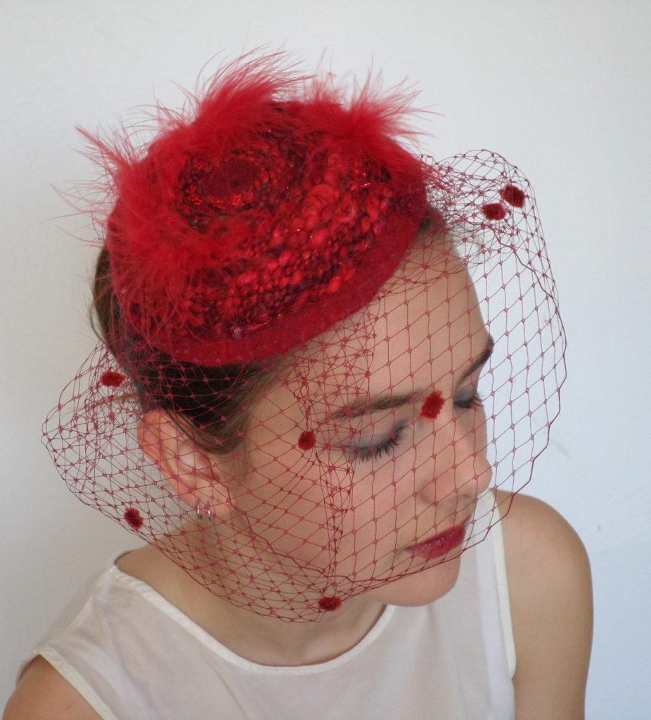 bibi rouge feutre plumes paillettes