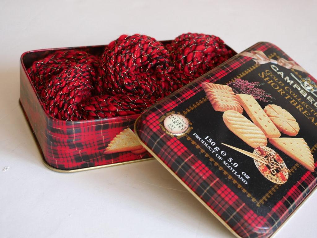 écheveau filé main dans une boîte de sablés écossais
